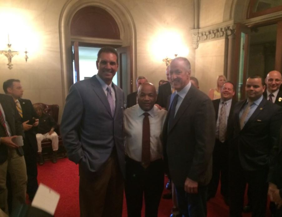 Assembly Speaker Carl Heastie welcomed @NFL quarterback greats @JimKelly1212 & Vinny Testaverde to the People's House Tuesday.